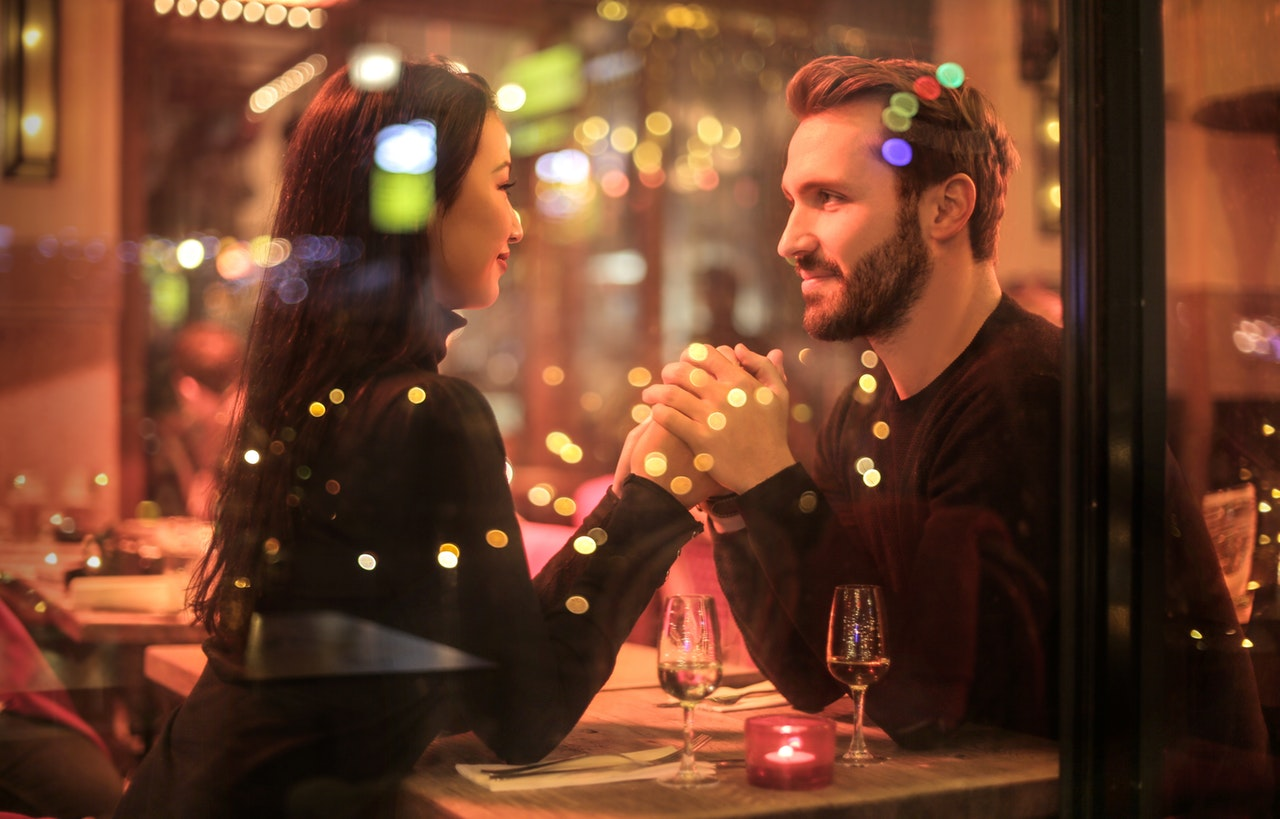 デート中の会話を盛り上げる方法